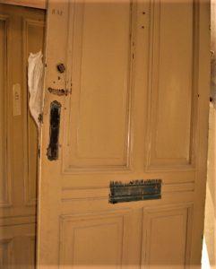 Renowacja drewnianych drzwi toproces wymagający uwagi. Efekt może nas miło zaskoczyć, dlatego niewyrzucaj drzwi zdrewna, nawet jeśli Twoim zdaniem nienadają się już doniczego.
